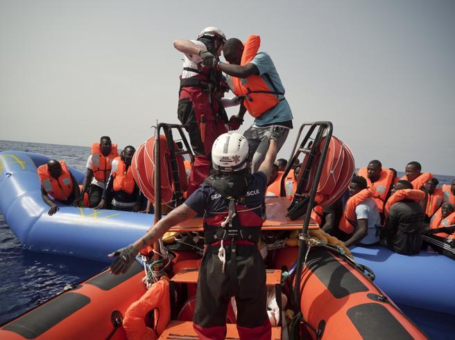 Migranti, record di arrivi dall'Africa: trecento in 3 giorn