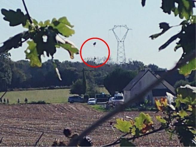 Francia, cade jet militare: il pilota incastrato sui fili della corrente