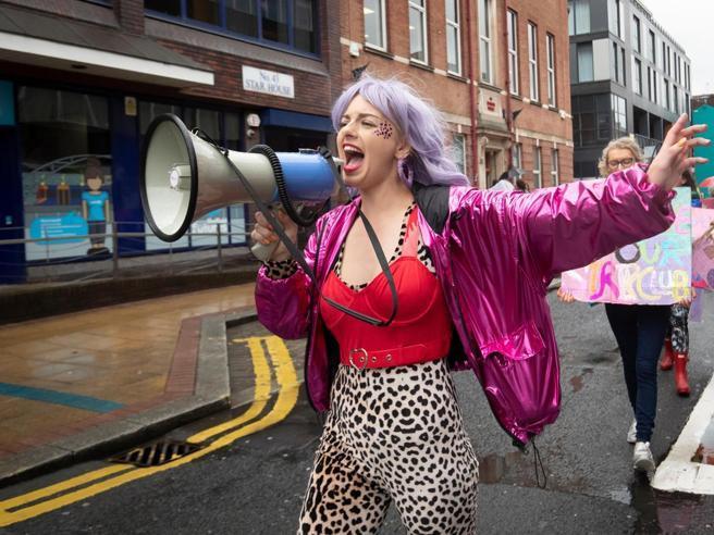 Le spogliarelliste difendono il club e battono le femministe Video