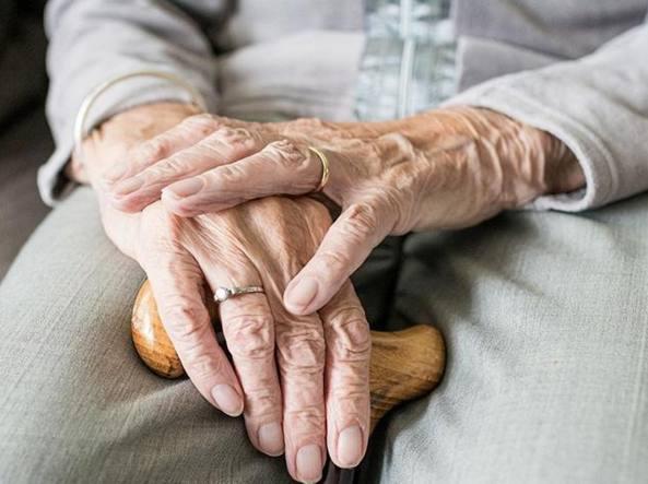 L'isolamento, la malattia, le difficoltà: essere anziano in Italia -  Corriere.it