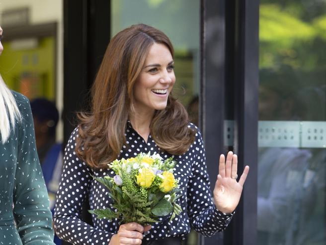 Kate, camicia a pois e pantaloni cropped per la visita a sorpresa