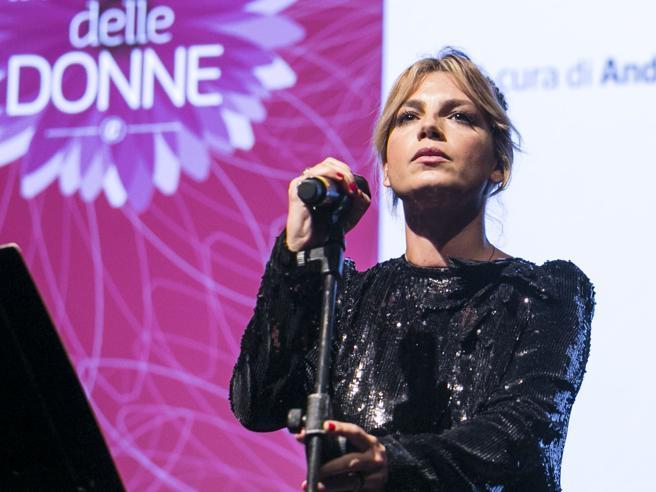 Emma Marrone: «Mi fermo per  un problema di salute» De Filippi: «Sei fortissima»La battaglia contro il tumore