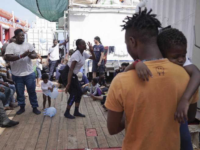 Migranti, la Ocean Viking porterà a Messina i 182 migranti che  ha a bordo