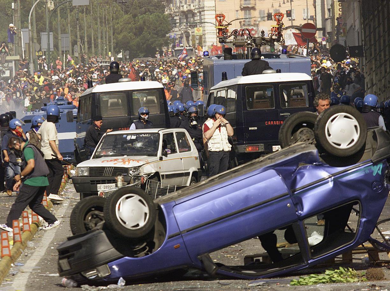 Una immagine degli scontri in occasione del G8 a Genova (Ansa)