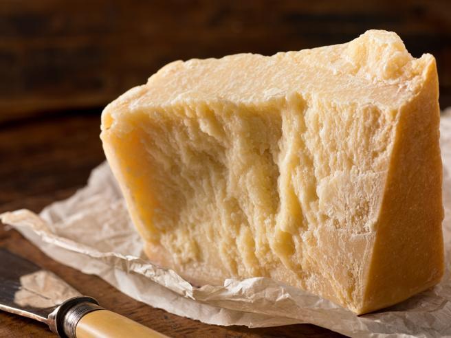 Dazi del 25% su parmigiano, prosciutto cotto, liquori: la lista dei prodotti colpiti. Salvi Parma, San Daniele e mozzarella