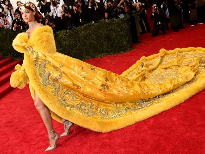 Rihanna «finisce» al museo: sfilata a Londra di Guo Pei, la stilista che fece scalpore con l'abito giallo per la star al Met Gala