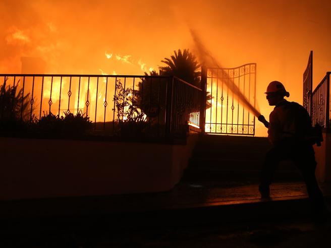 Incendio a Los Angeles, ordine d'evacuazione per 100mila persone   Le foto del rogo