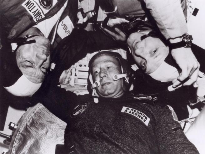 Addio ad Alexei Leonov, il primo uomo a «passeggiare» nello spazio