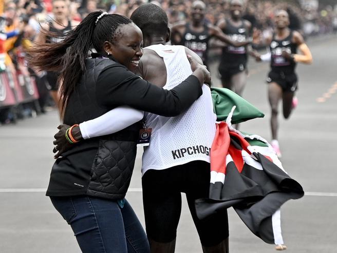 Le 41 lepri, il sorriso e l'abbraccio della moglie al traguardo: la gara da record di Eliud Kipchoge