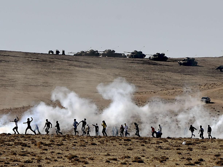 Profughi curdi al confine tra Turchia e Siria in una foto d'archivio (Afp)