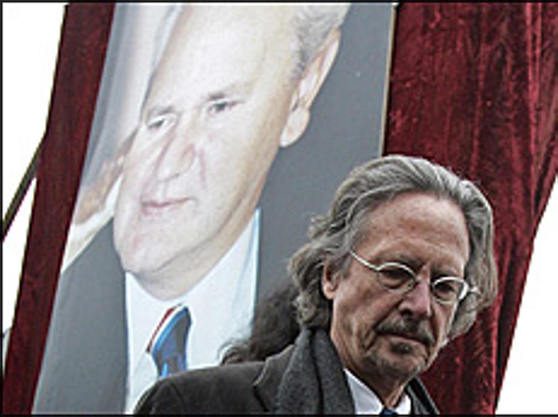 Peter Handke davanti a una foto di Slobodan Milošević, ex presidente della Serbia