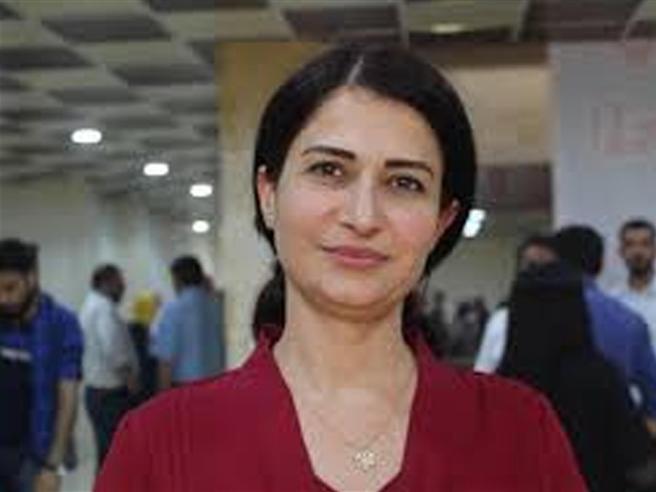 Hevrin Khalaf, paladina dei diritti umani, violentata e lapidata per strada