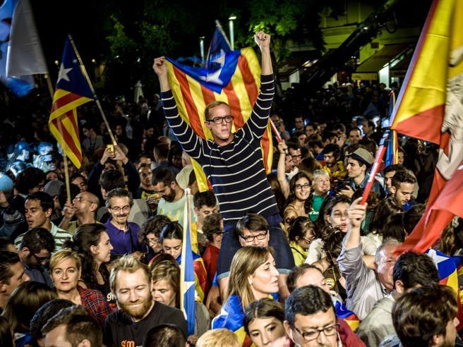 Barcellona, condannati  leader separatisti: voli cancellati