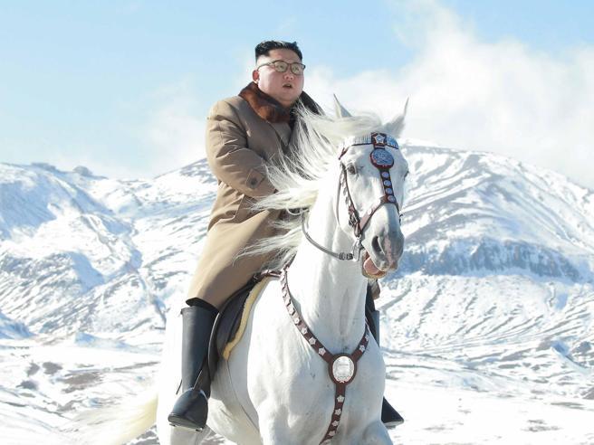 Kim Jong-un a cavallo tra le cime innevate a 2.750 metri: annuncio oltre la propaganda? Le immagini