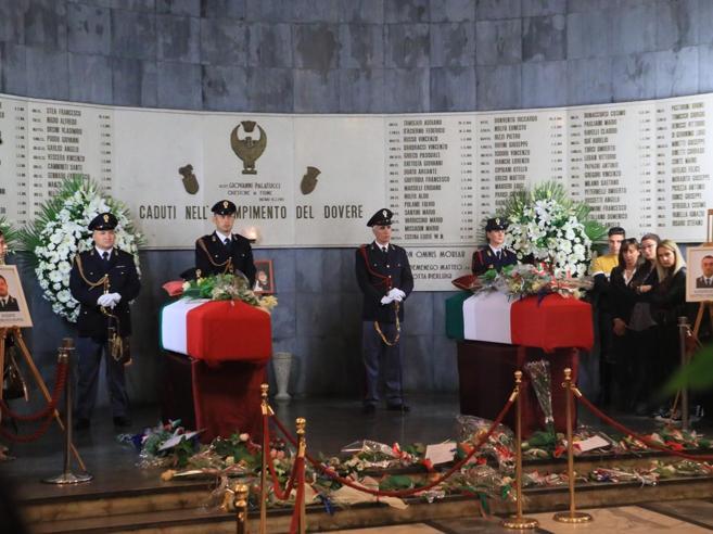 Folla a Trieste, l'ultimo saluto per gli agenti uccisi in questura|Foto