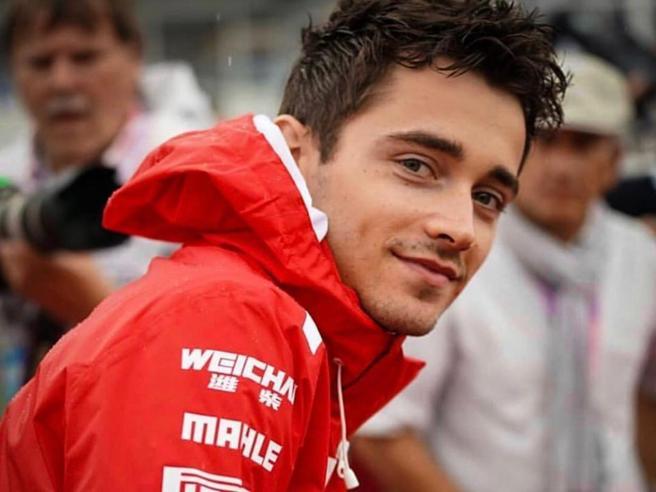 Charles Leclerc compie 22 anni: la sua vita tra F1, moda e una nuova fidanzata