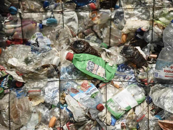 Plastica, dal primo giugno l'imposta da un euro al chiloLe critiche degli industriali
