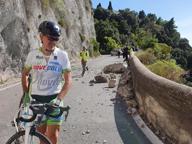 Frana in Costiera Amalfitana, grosso masso si stacca dalla roccia e crolla sulla strada