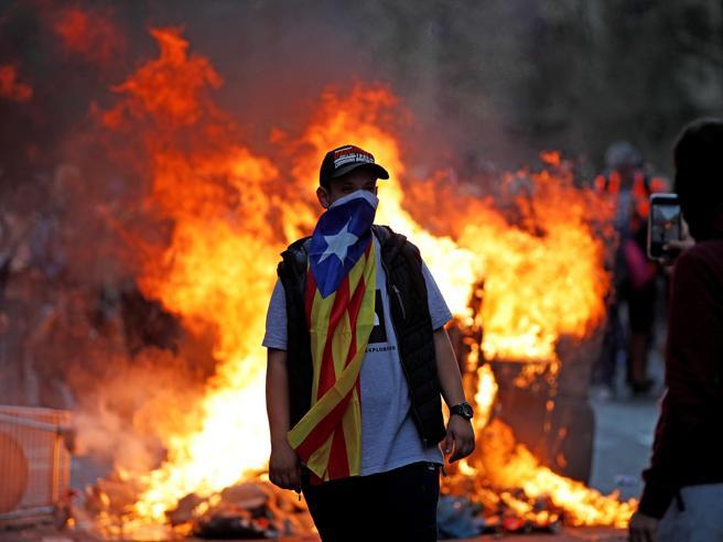 Barcellona, scontri tra polizia e manifestanti: in piazza ol