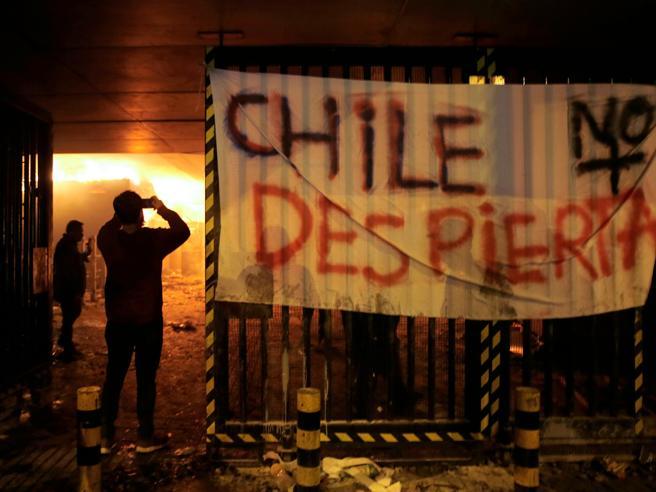 Cile,  protesta per caro-biglietti in metro: scatta stato d'emergenza