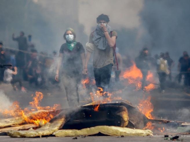 Cile: scontri in piazza e bus in fiamme, scatta il coprifuo