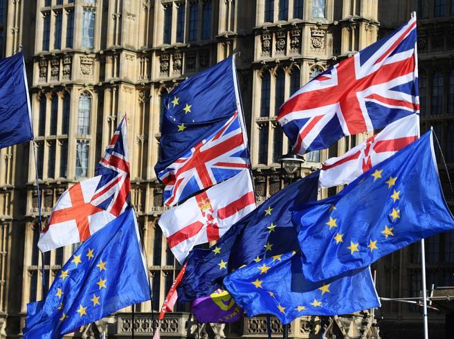 Caos Brexit, arriva il primo sì a Johnson ma chiederà una p