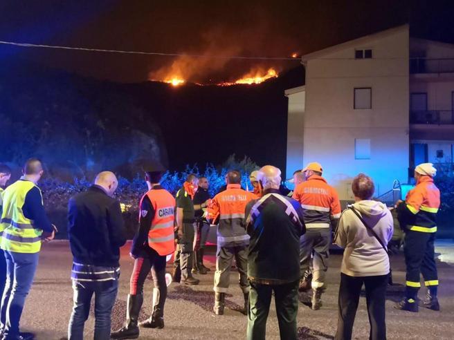 Incendi in Sardegna,  evacuati 400 turisti e 40 abitazioni Foto