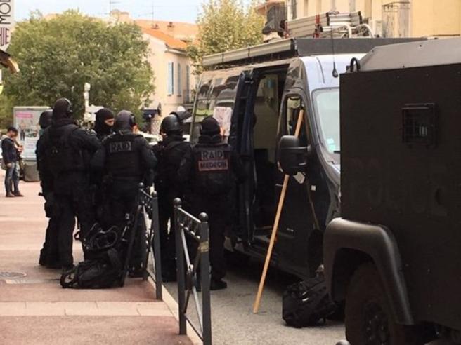 Asserragliato in un museo in Francia, minacce in arabo: arrestato un uomo