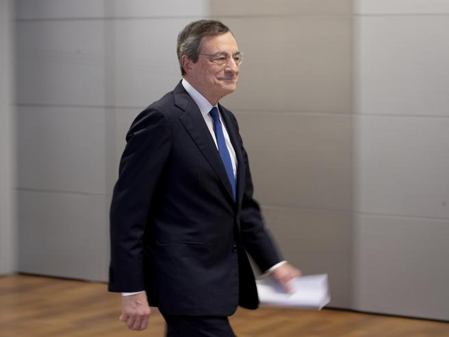 Draghi, confermate le scelte: tassi ai livelli attuali e 20 miliardi di acquisti al mese