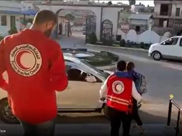Alvin caricato in auto dal personale della Mezzaluna Rossa a Damasco, giovedì mattina. Alle 17 il volo per Roma