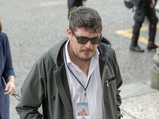 Chi è Luca Castellini, ultrà del Verona che inneggia a Hitler e che si è scontrato con Balotelli In tv le  tesi filonaziste