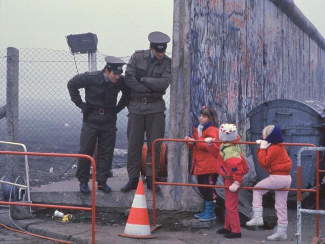 «Una mamma mi disse: solo ora rivedo mio figlio». 30 anni dopo, Barenboim ricorda la caduta del Muro di Berlino