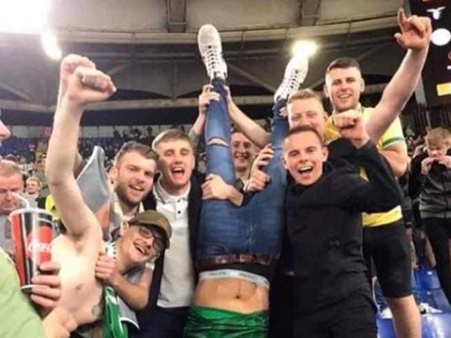 Lazio-Celtic, gli scozzesi festeggiano con un tifoso a testa in giù