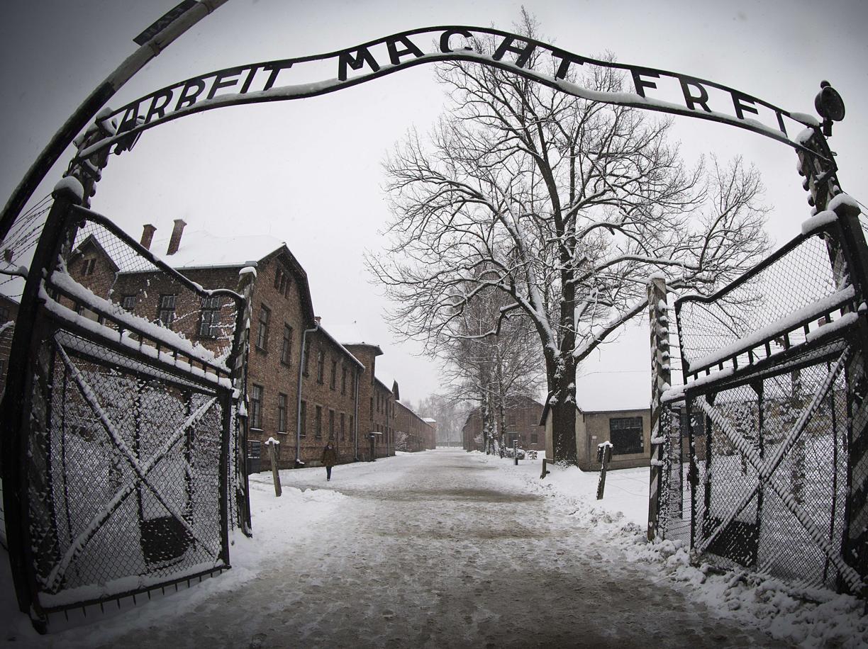 L'ingresso del campo di concentramento di Auschwitz-Birkenau (Afp)
