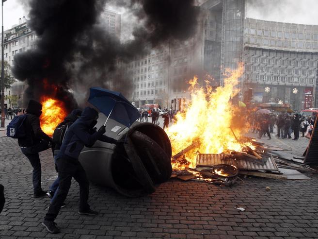 Gilet gialli, oggi a Parigi scontri in piazza per il primo anniversario: oltre cento fermati