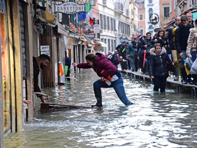 Acqua alta a Venezia, domenica nuovo picco: 160 cm. Brugnaro