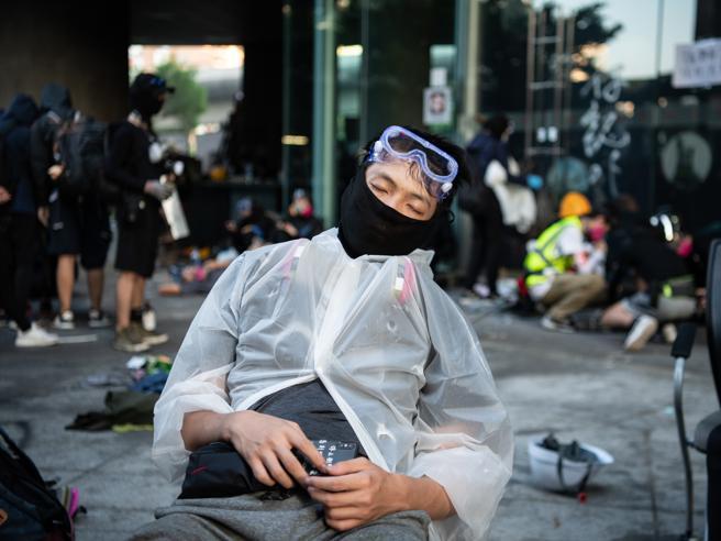Hong Kong, la polizia irrompe nel Politecnico: decine di arr