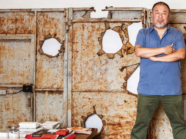 Ai Weiwei nel suo studio berlinese (foto Getty Images)