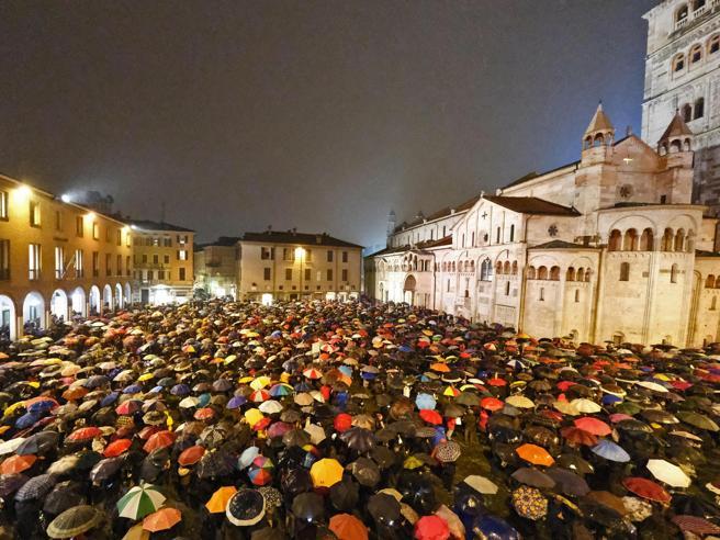 Le «sardine» contro Salvini a Modena: in Piazza Grande 7mila