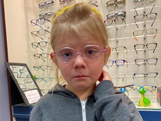 «Quattrocchi, unitevi»: la bimba con gli occhiali commuove il mondo