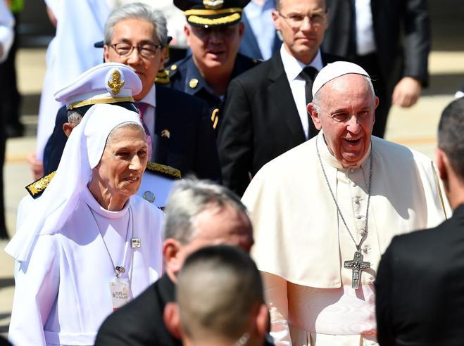 Papa Francesco arriva in Thailandiaaccolto dalla cugina-interprete