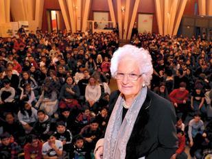 Liliana Segre con gli studenti (Fotogramma)