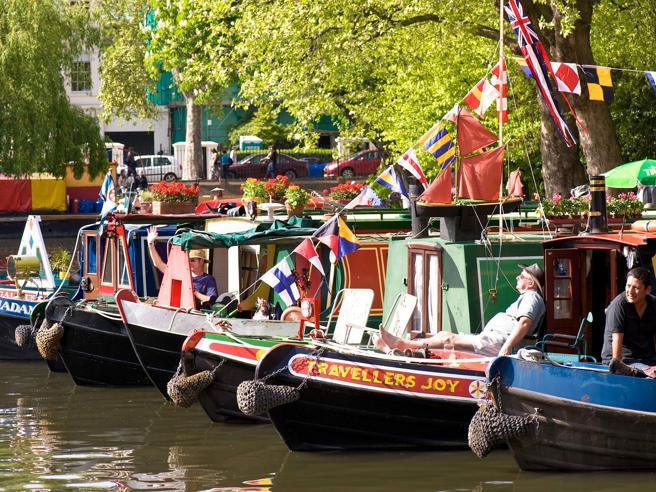 A Londra sempre più persone vivono nelle barche sui canali. Il motivo? Le case costano troppo