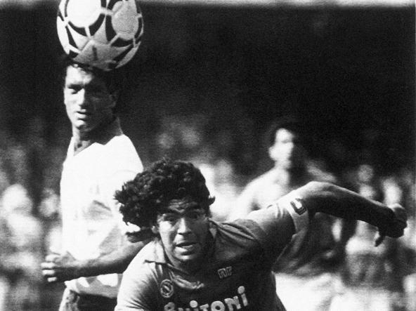 10 maggio 1987, Maradona in Napoli-Fiorentina. La partita termina 1-1, ma basta al Napoli per aggiudicarsi lo scudetto (foto Ap/Massimo Sambucetti)