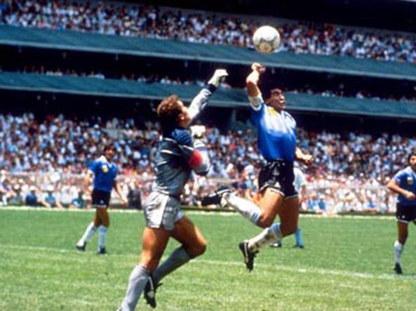Maradona segna con la mano il gol dell'1-0 per l'Argentina contro l'Inghilterra nei quarti di finale dei Mondiali del 1986 in Messico (foto Ansa)