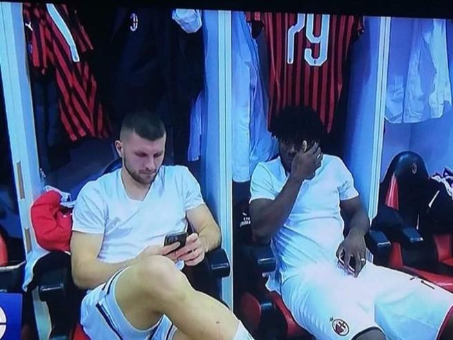Milan, al cellulare nello spogliatoio prima della partita: la foto che fa infuriare i tifosi