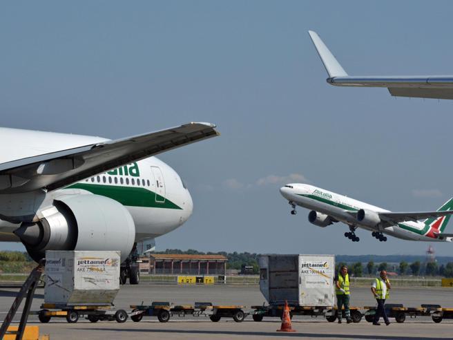 Sciopero dalle 13 alle 17: centinaia  di aerei restano a terra| La lista dei voli cancellati