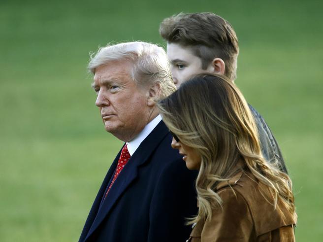 Barron Trump, 13 anni, è altissimo: supera il presidente (188 cm) e la first lady Melania (180 cm)
