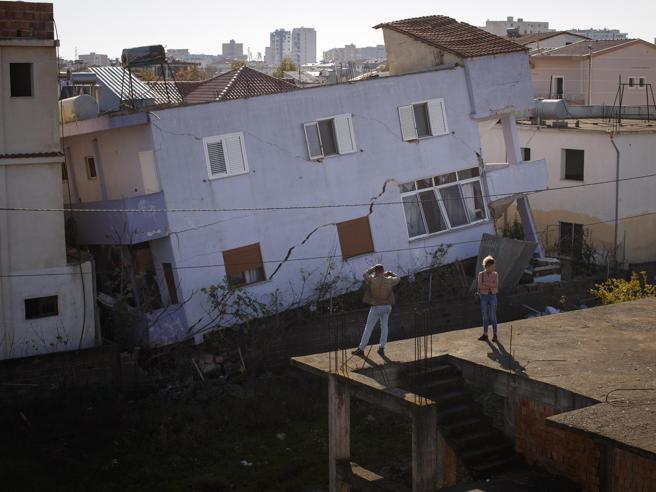 Terremoto in Albania, una nuova scossa costringe le autorità a sospendere i soccorsi