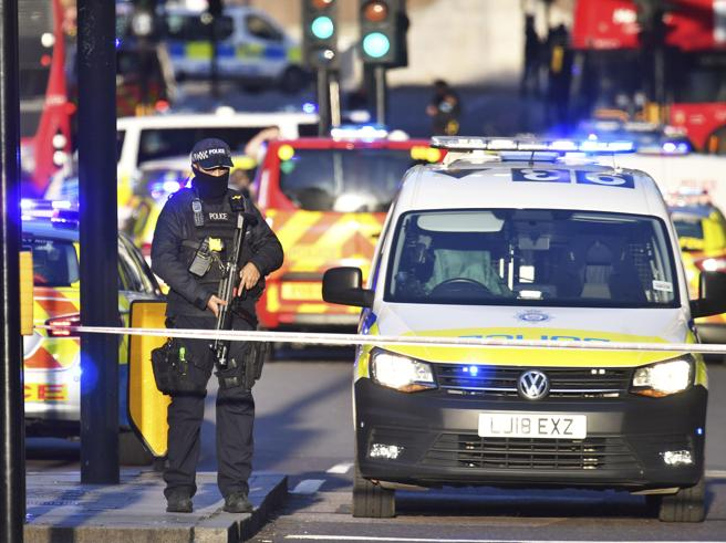 Attacco a Londra, uomo accoltella i passanti sul London Bridge: la polizia uccide l'assalitore, due vittime